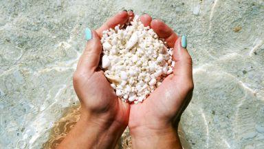 На плаж с пясък като хрупкави пуканки, от които се изкушаваш да си хапнеш