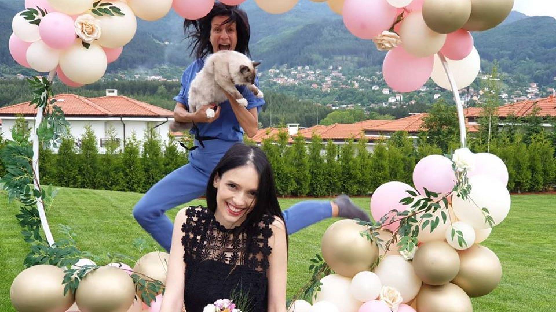 Яна Маринова честити 30-ия рожден ден на Луиза Григорова с дива и щастлива снимка