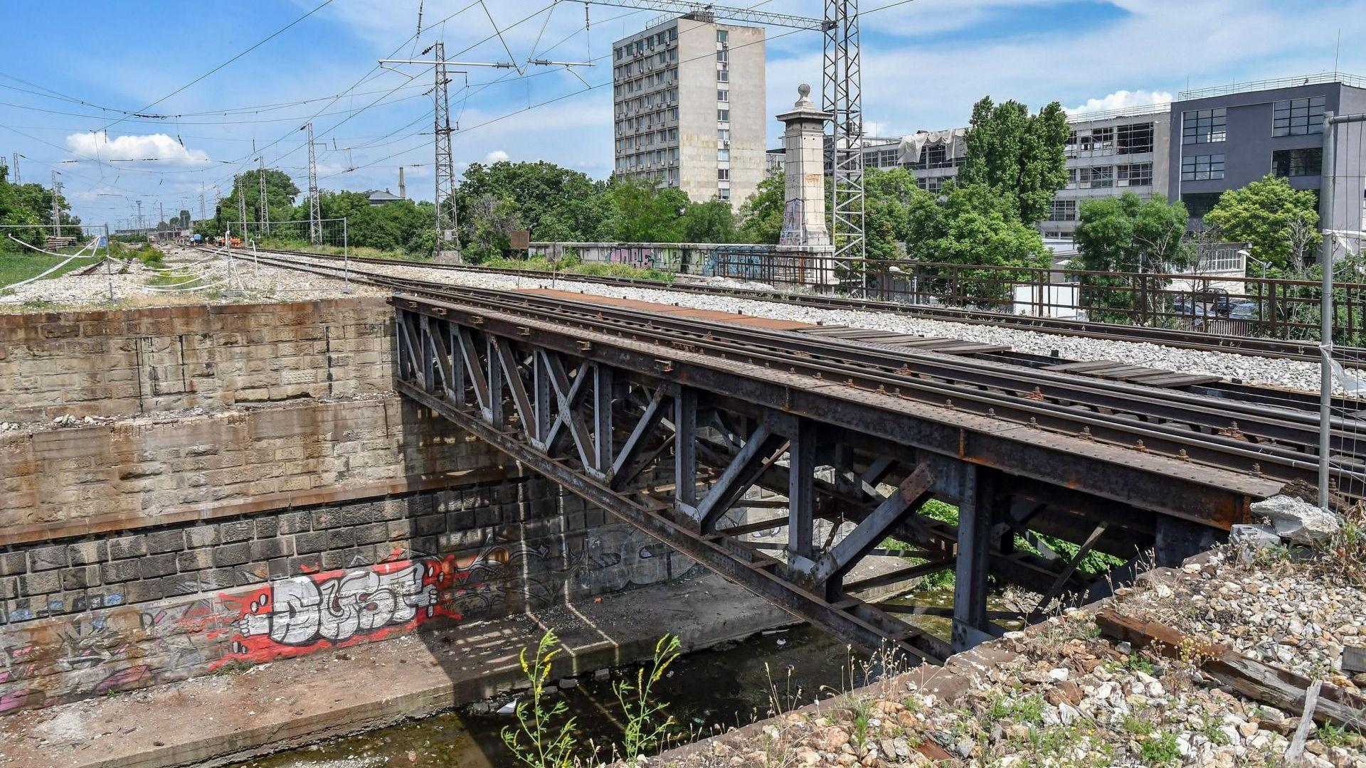 Демонтират моста до Сточна гара, налагат се промени в движението (снимки)