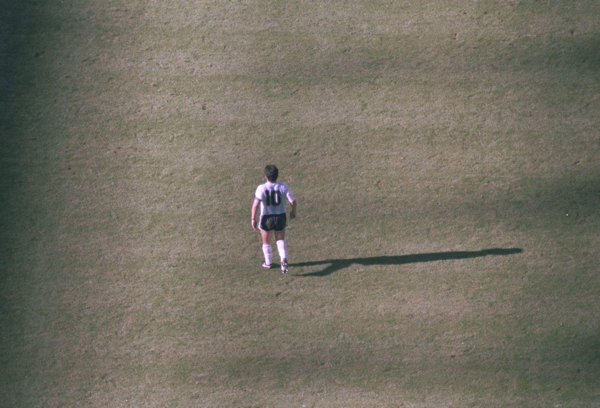 Марадона в края на мача срещу Камерун
