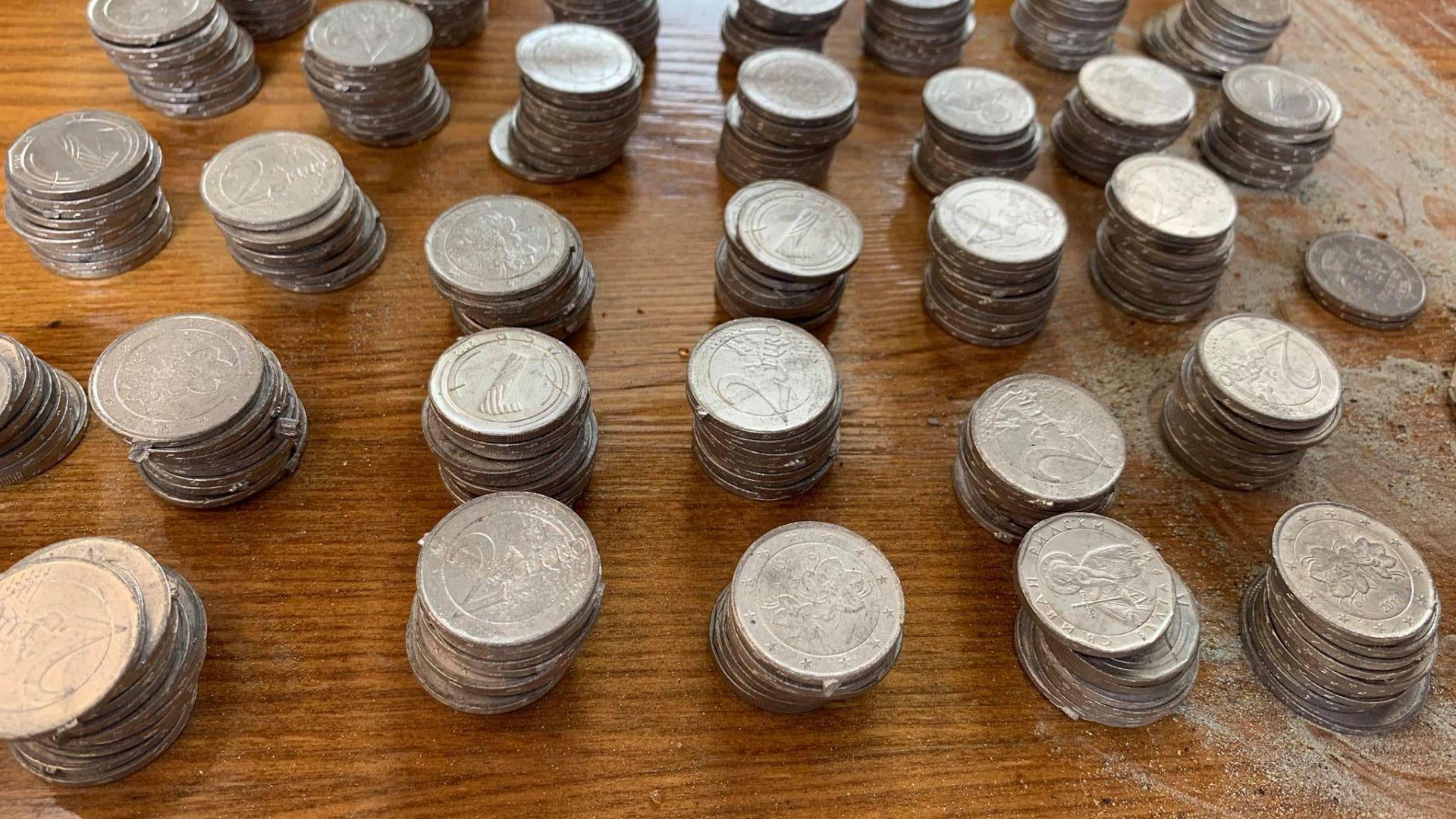 Внушително количество фалшиви монети, боеприпаси и оръжия са иззети при