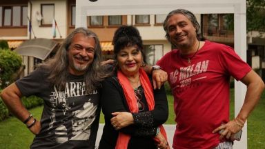 Маги Халваджиян се весели с майка си и брат си в семейния им хотел