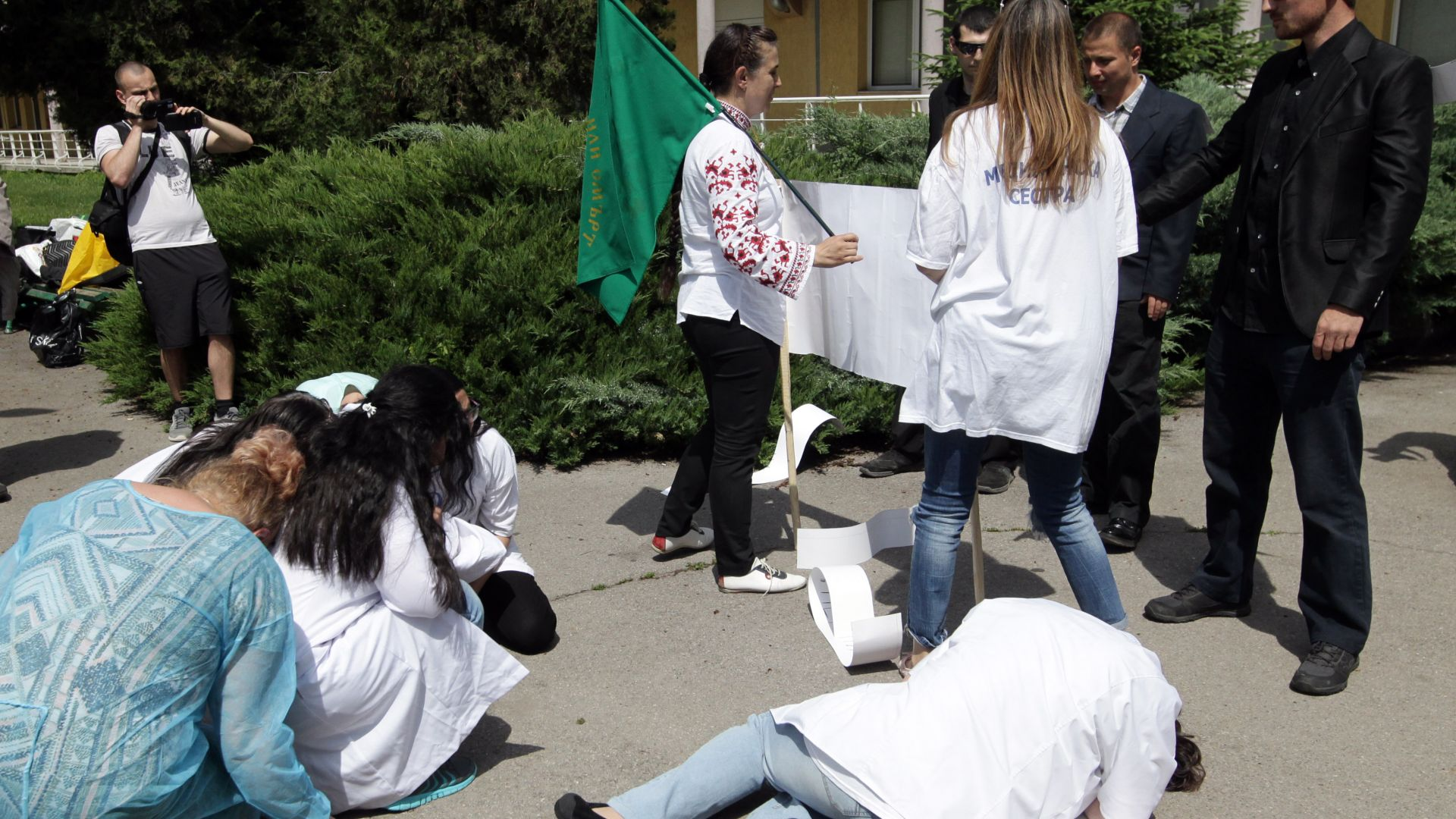 """Протестиращи изиграха """"убийството"""" на медсестри пред МБАЛ (снимки)"""