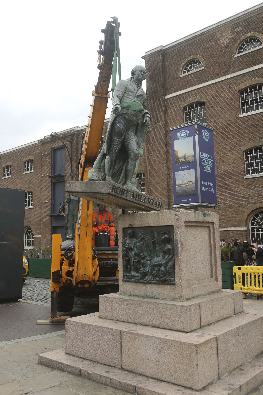 """Статуята на търговеца на роби от 18 век Робърт Мълиган беше свалена от постамента пред музей в лондонския квартал """"Докландс"""