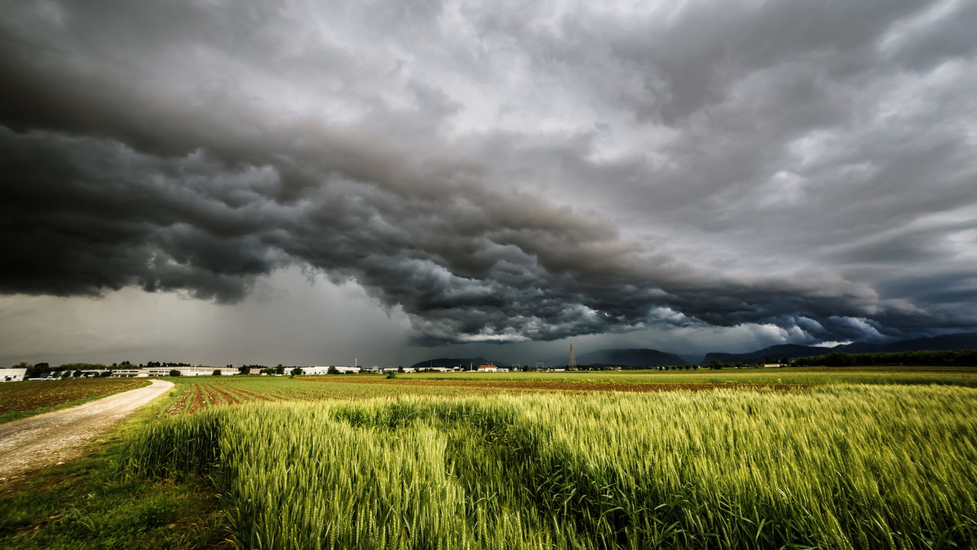 Гръмотевични бури и градушки в цялата страна поне още седмица