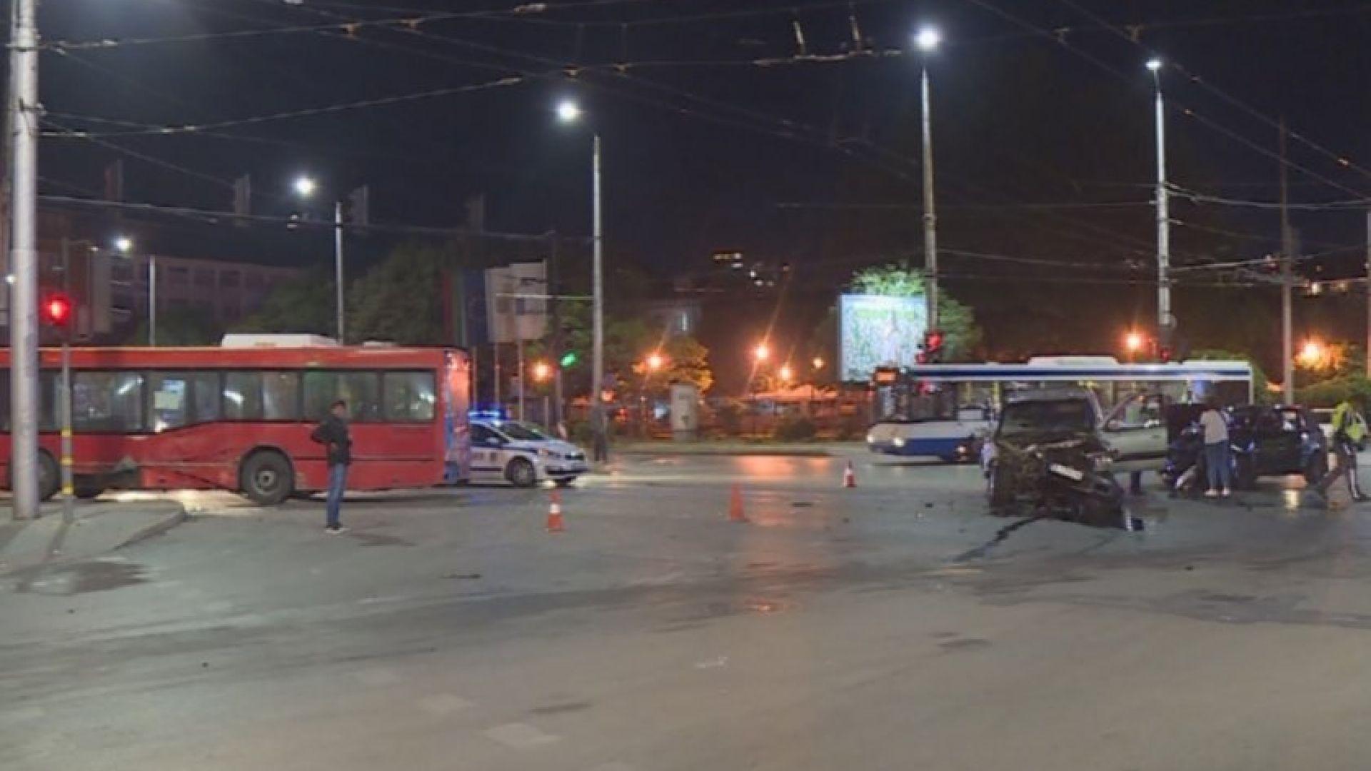 Градски автобус помете две коли на червено във Варна