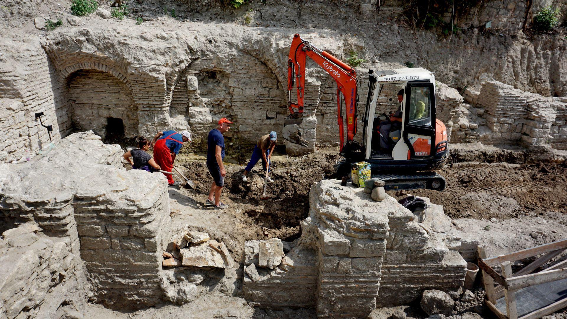Откриха късноантична баня в центъра на Варна (снимки)