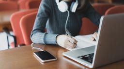 Психологът д-р Елена Александрова: Онлайн обучението скъси дистанцията родител-дете