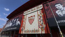 """С украсени улици и """"тихо"""" дерби, испанският футбол се завръща след 92 дни"""