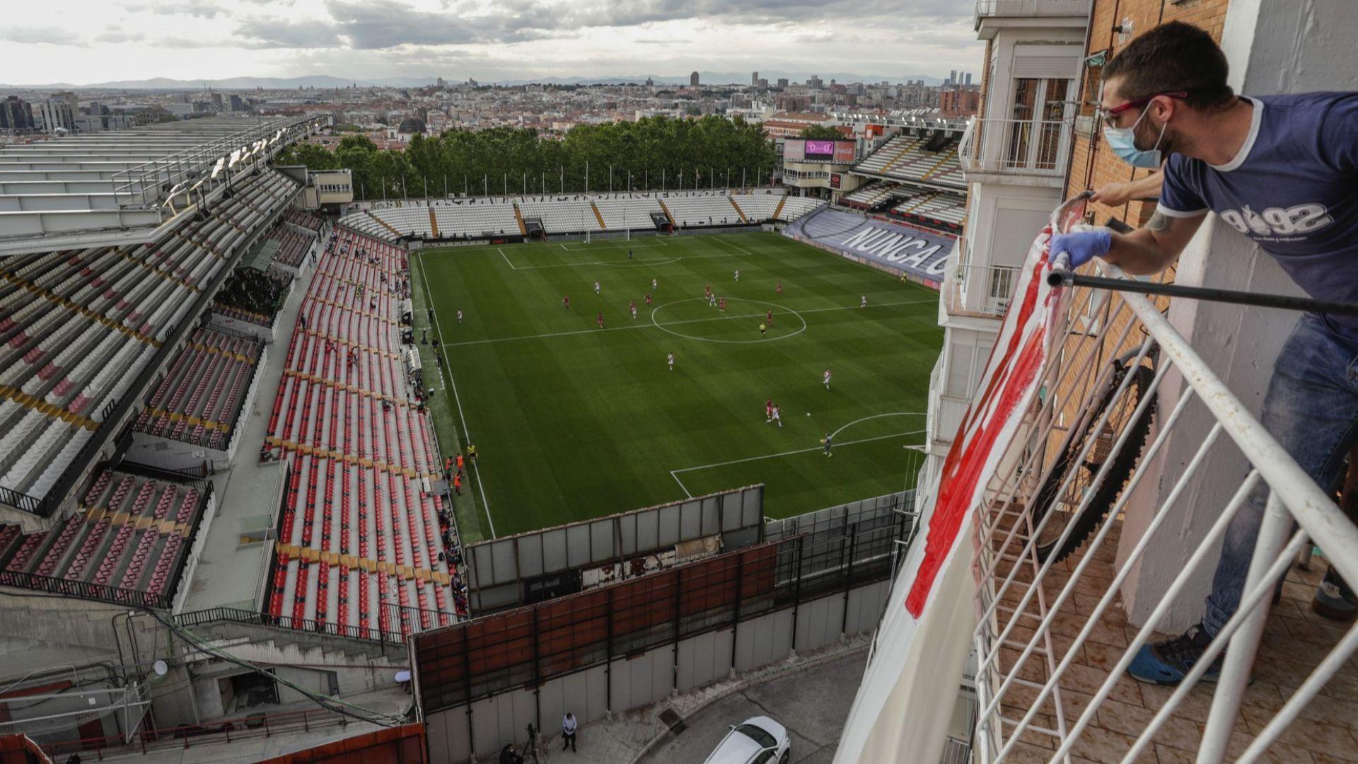 Агитки от балкони на блокове догледаха мач, започнал преди 179 дни