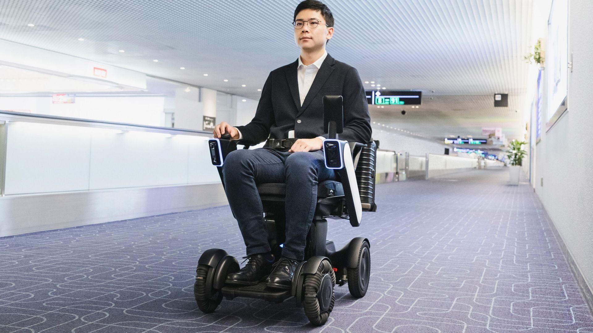 Роботи-столове тръгнаха из летище в Токио