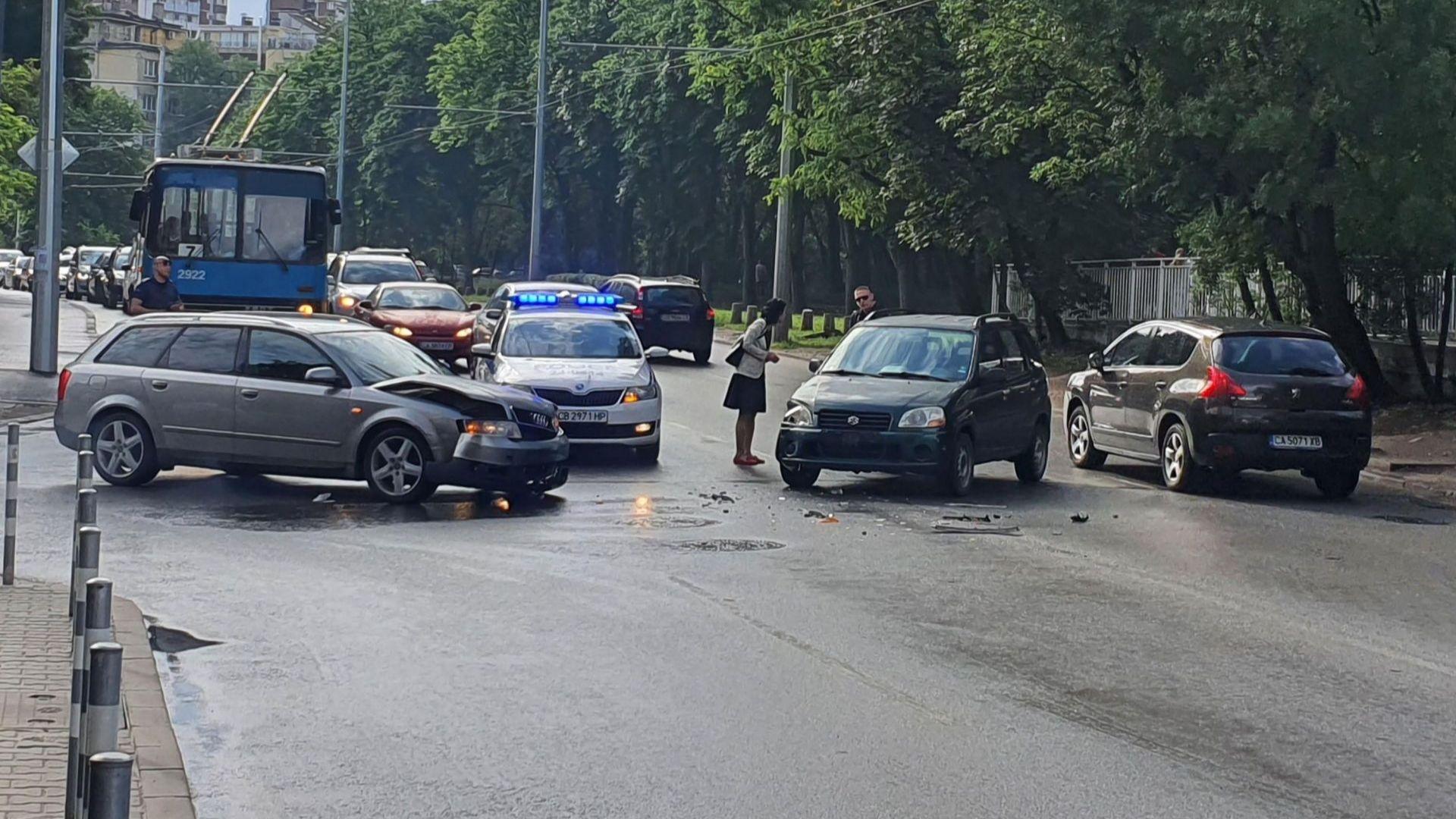 Катастрофа блокира движението около Южния парк в столицата (снимки)
