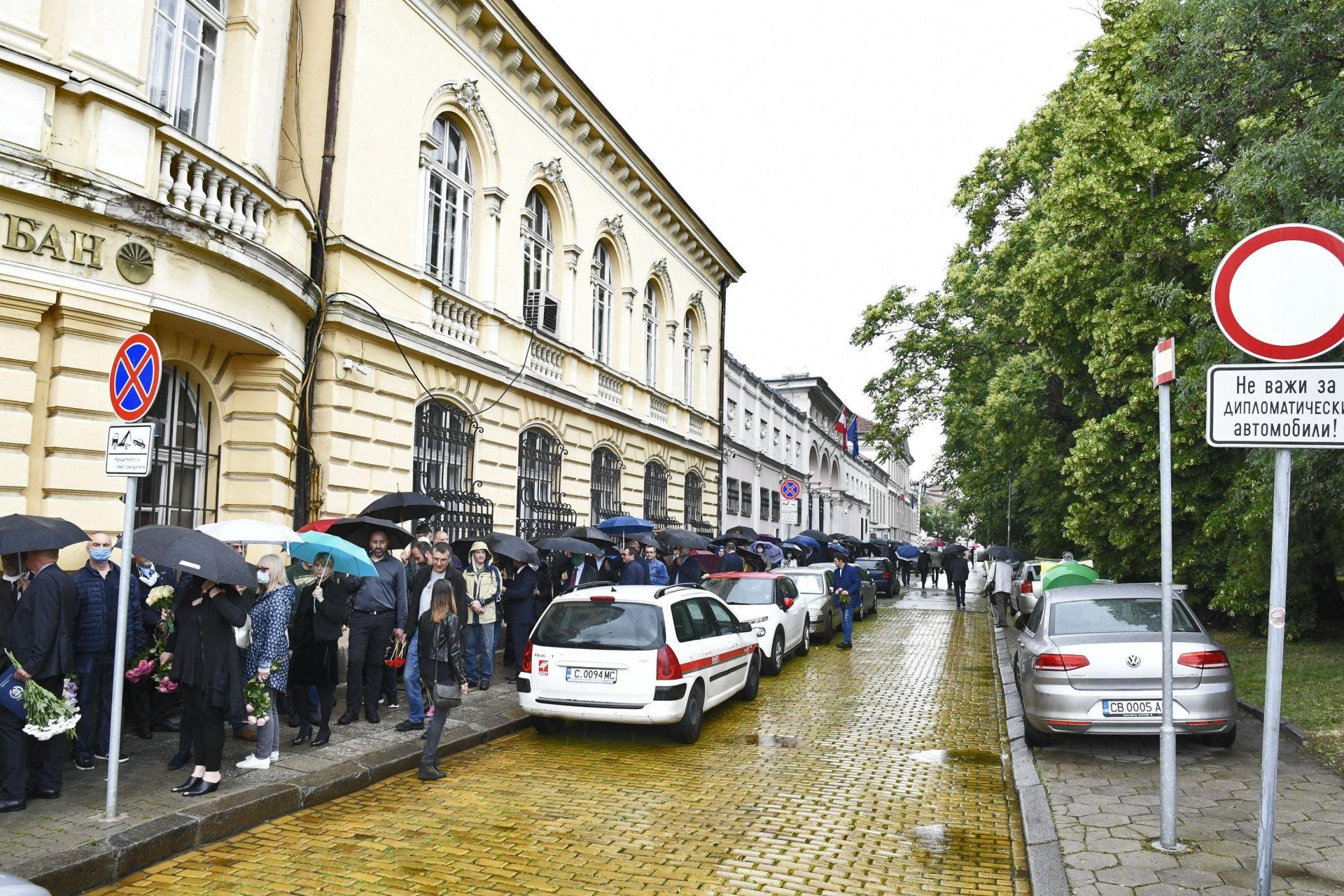 Въпреки дъжда, стотици се поклониха пред акад. Воденичаров