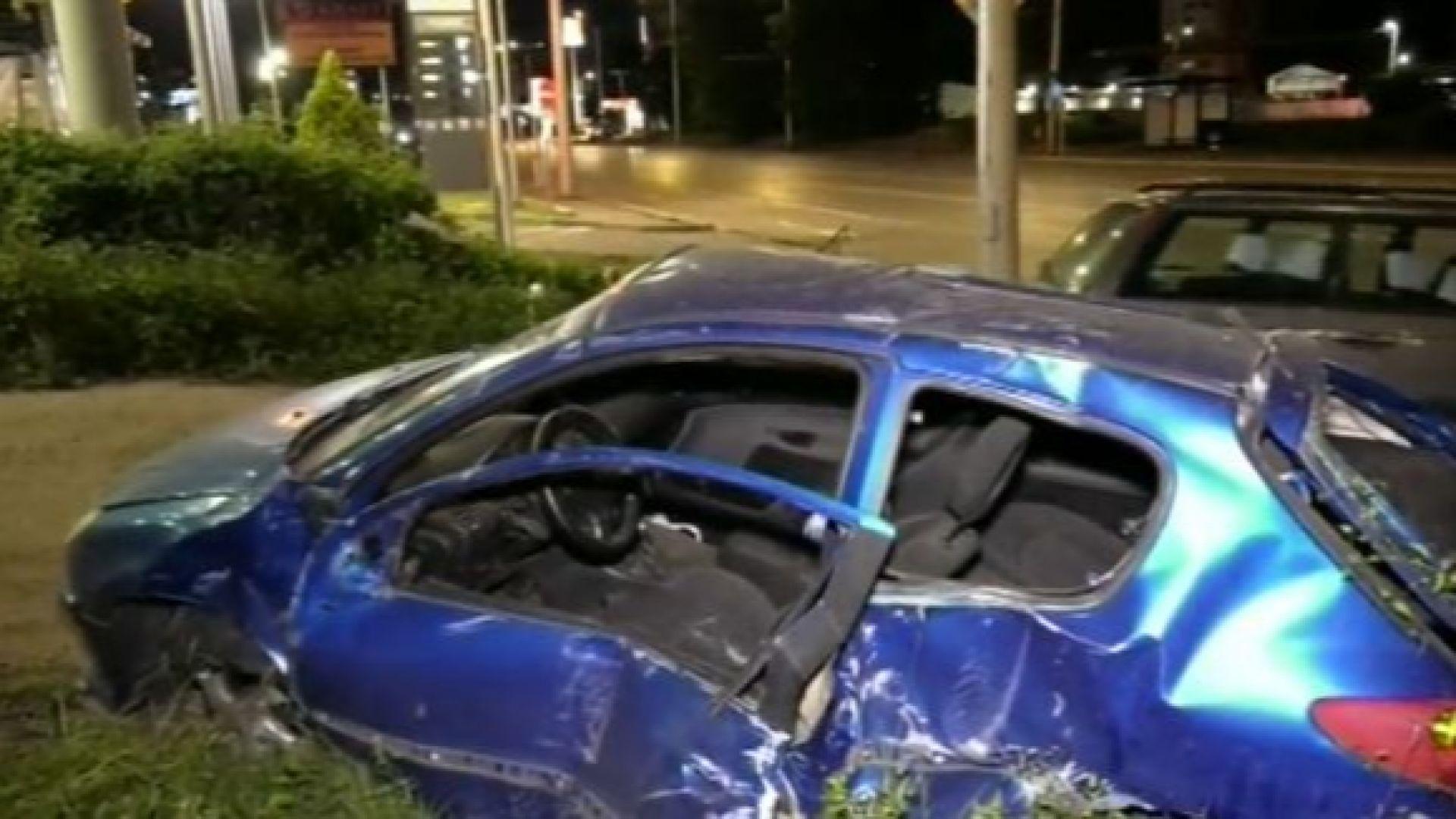 Кола отнесе стълб в София