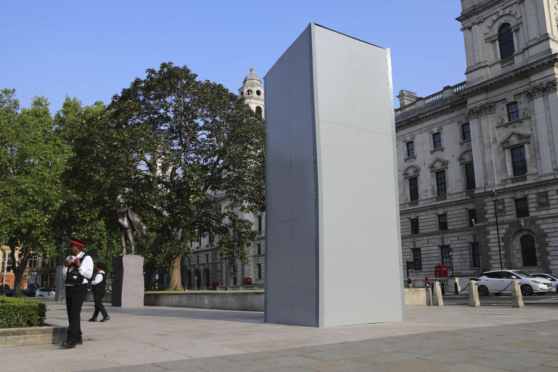 Монументът в памет на бившия премиер Уинстън Чърчил, който се намира в близост до Биг Бен и Уестминстърското абатство, беше подсигурен със защитни елементи, за да не бъде вандализиран.