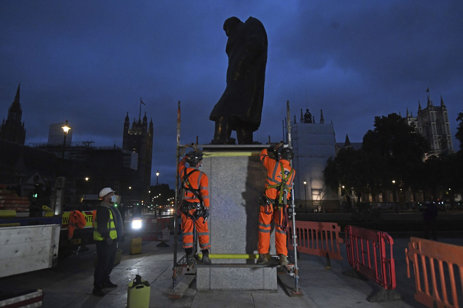 Поставят защитен параван на статуята на Уинстън Чърчил в Лондон