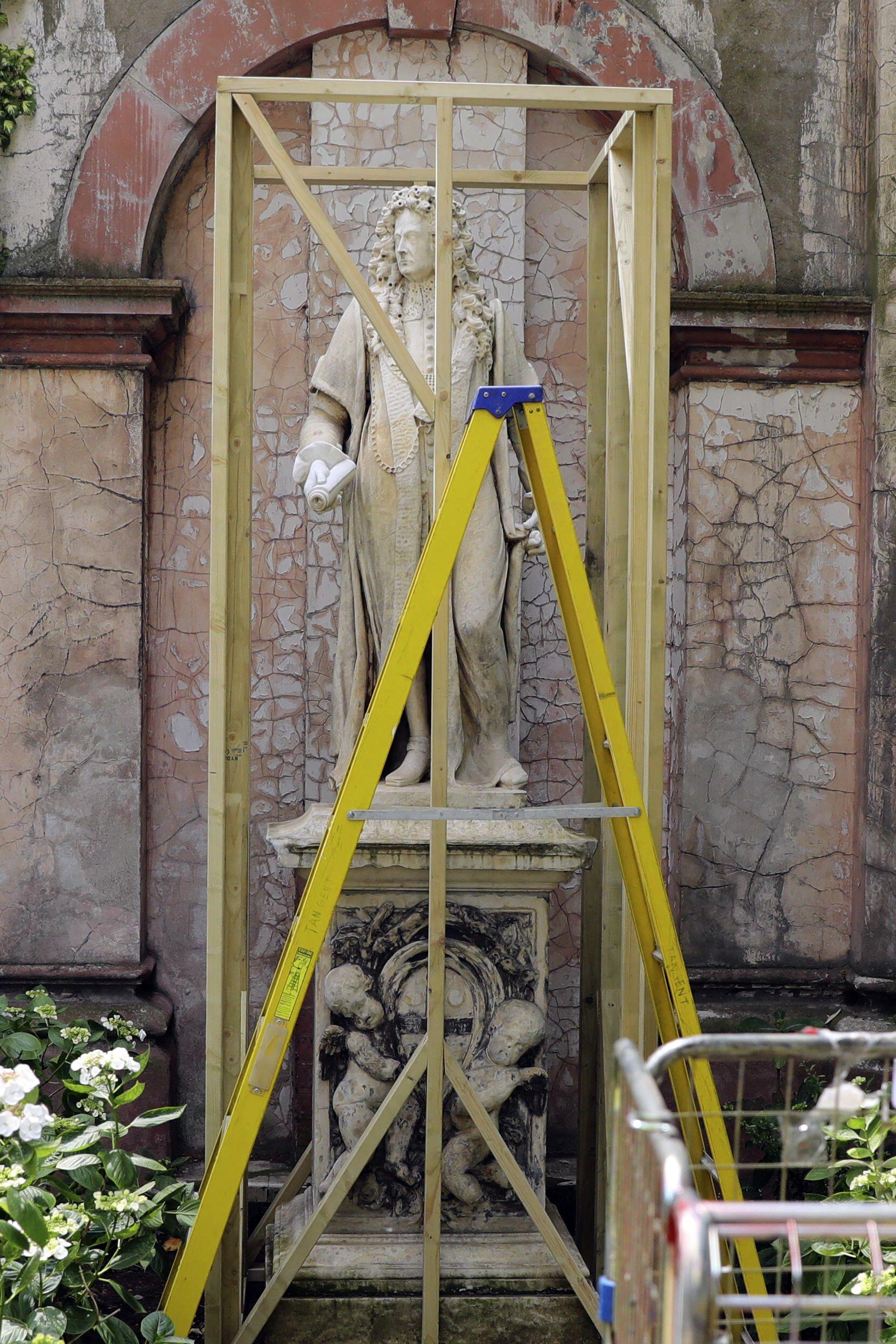 """Защитна ограда е издигната около статуята на Робърт Клейтън в болницата """"Сейнт Томас"""" в Лондон.  Клейтън, който е ръководил болницата през 17 век, също има минало, свързано с насилствения превоз на хора от Африка към САЩ"""