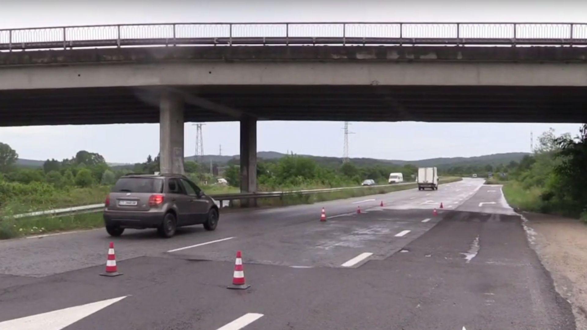 Багер счупи трегерите на мост край Казанлък (видео)