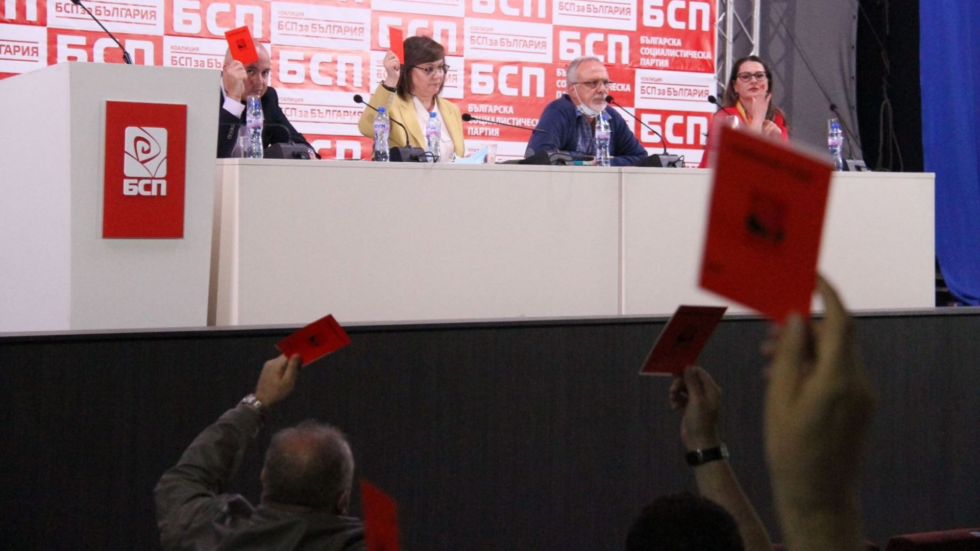 Нинова: Борисов предаде управлението на задкулисието
