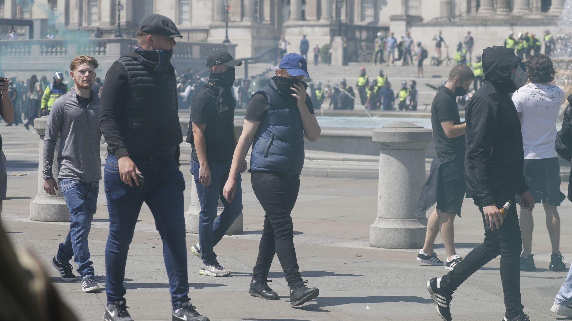 Сблъсъци между крайнодесни протестиращи и полиция на площад Трафалгар