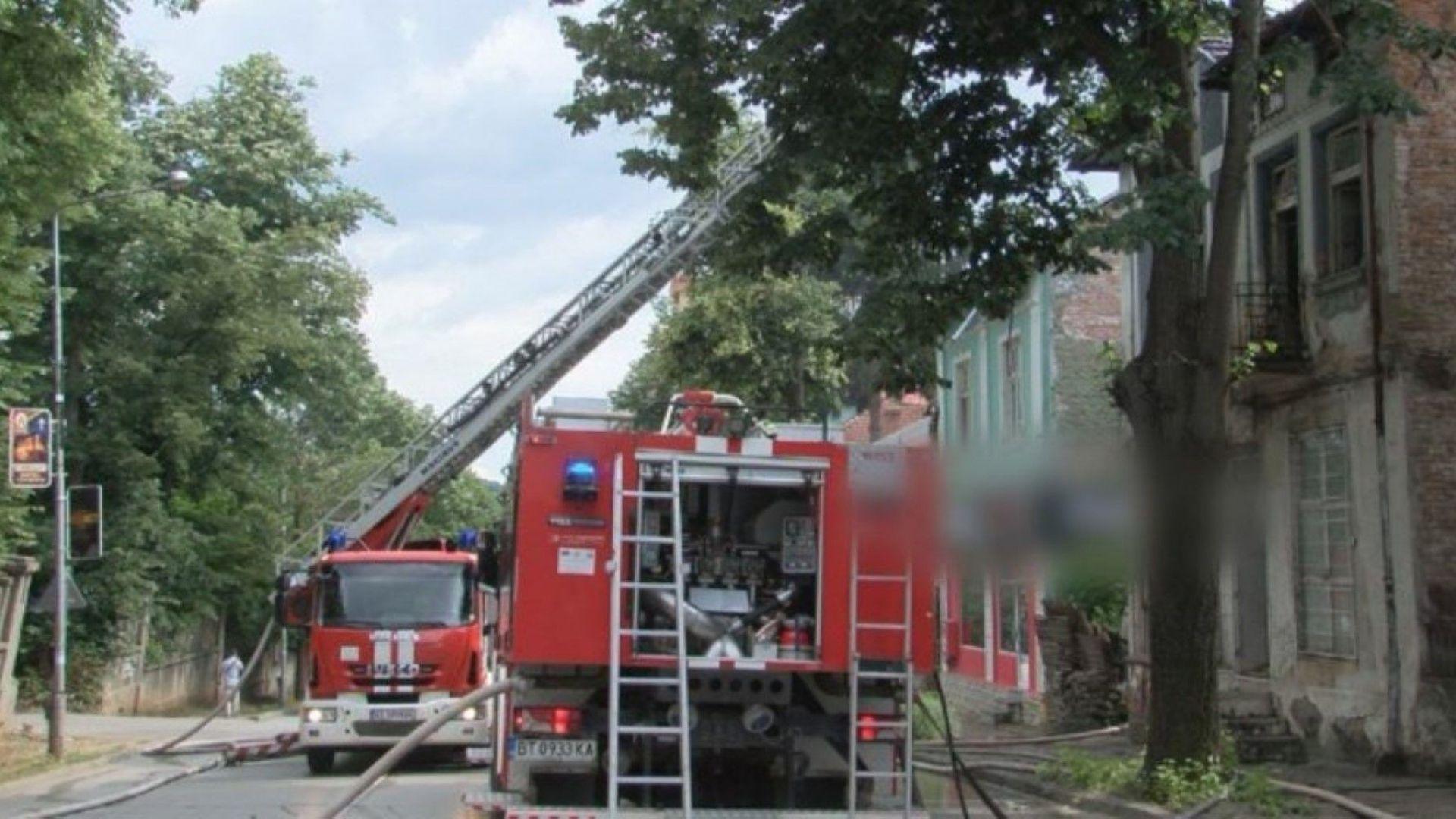 Стара триетажна къща горя в центъра на Велико Търново. Пламъците