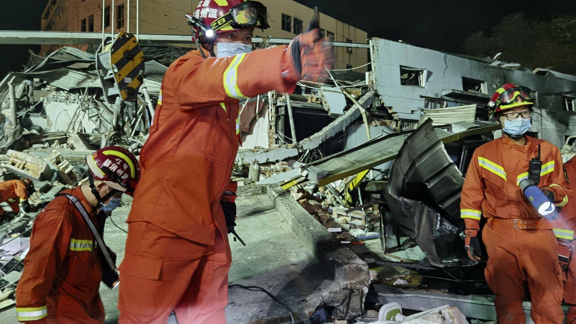 Цистерна избухна на магистралата, падна върху фабрика, уби десетки и рани стотици в Китай