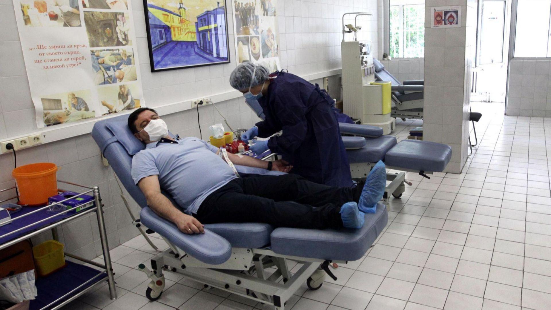 Излекувани от COVID-19 дариха кръв във ВМА (снимки)