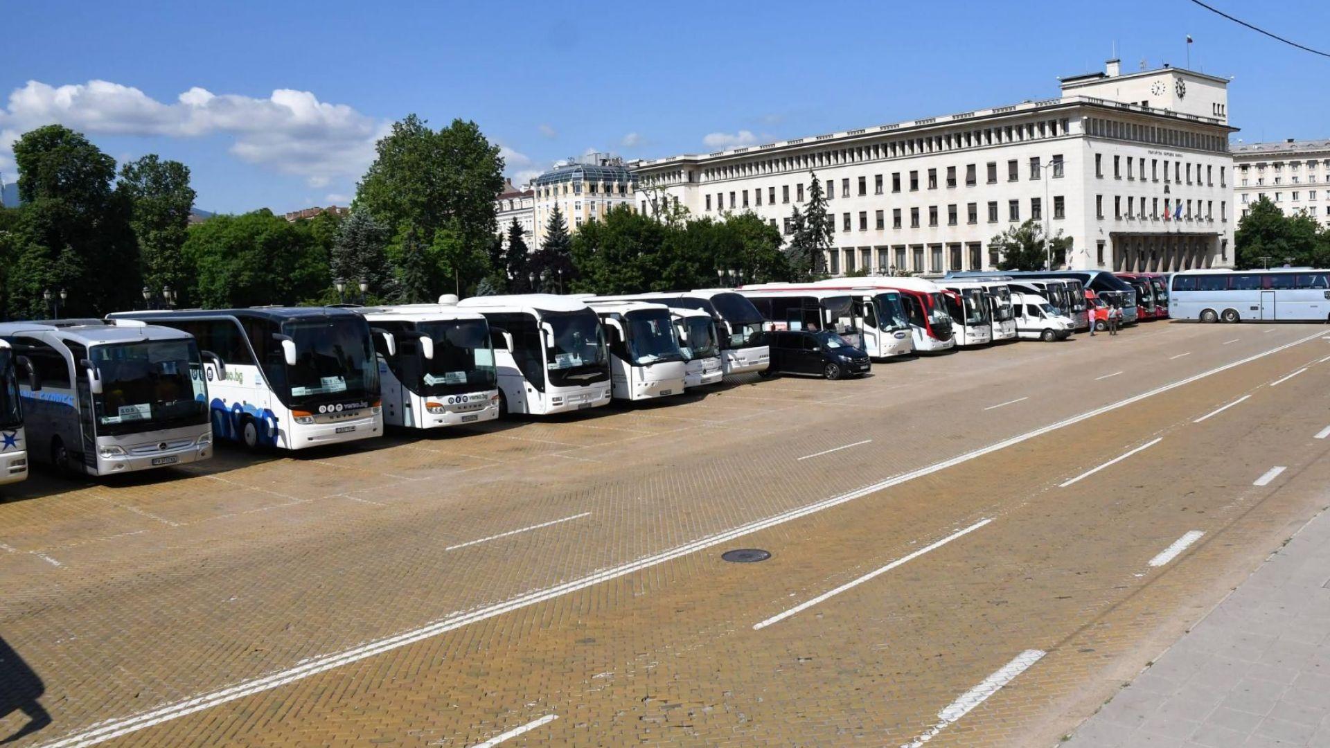 Протест на туристическия бранш, 100 автобуса се събраха в центъра на София (снимки)