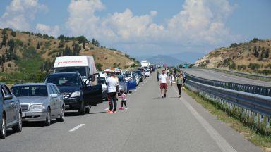 Гърция върна стотици сръбски туристи, хотелиерите протестират