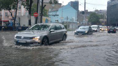 Дъжд отново наводни новоремонтиран булевард във Варна (снимки)
