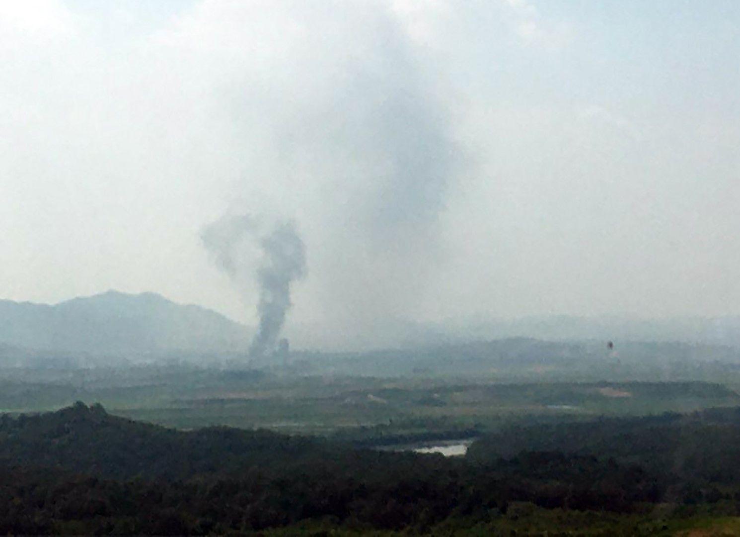 Дим се издига в севернокорейския граничен град Кесонг, гледано от Паджу, Южна Корея