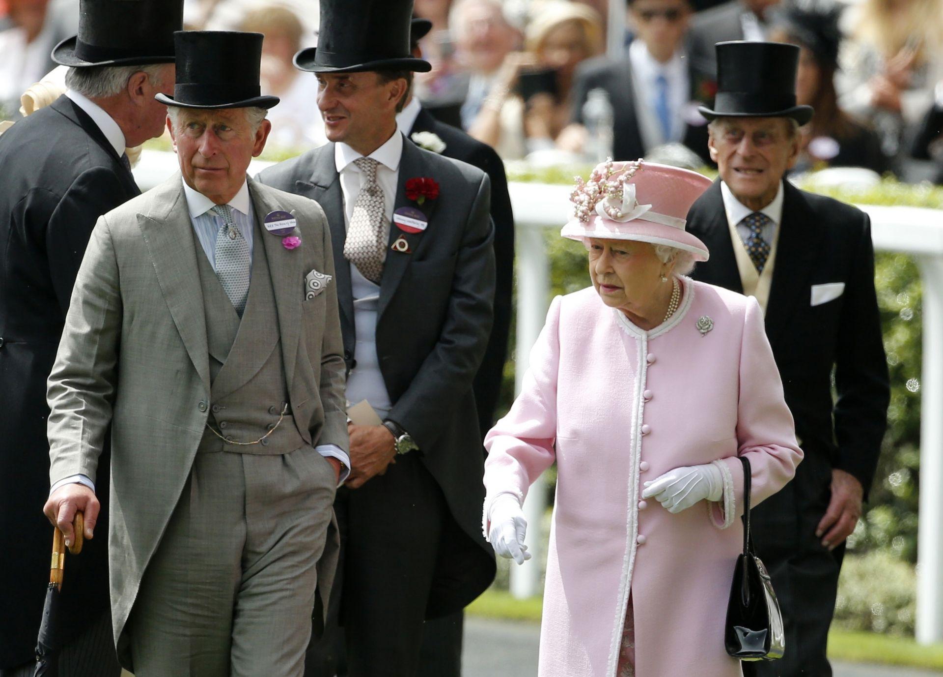 Кралица Елизабет Втора на конните надбКралица Елизабет Втора на конните надбягвания през 2006 г. ягвания през 2016 г.