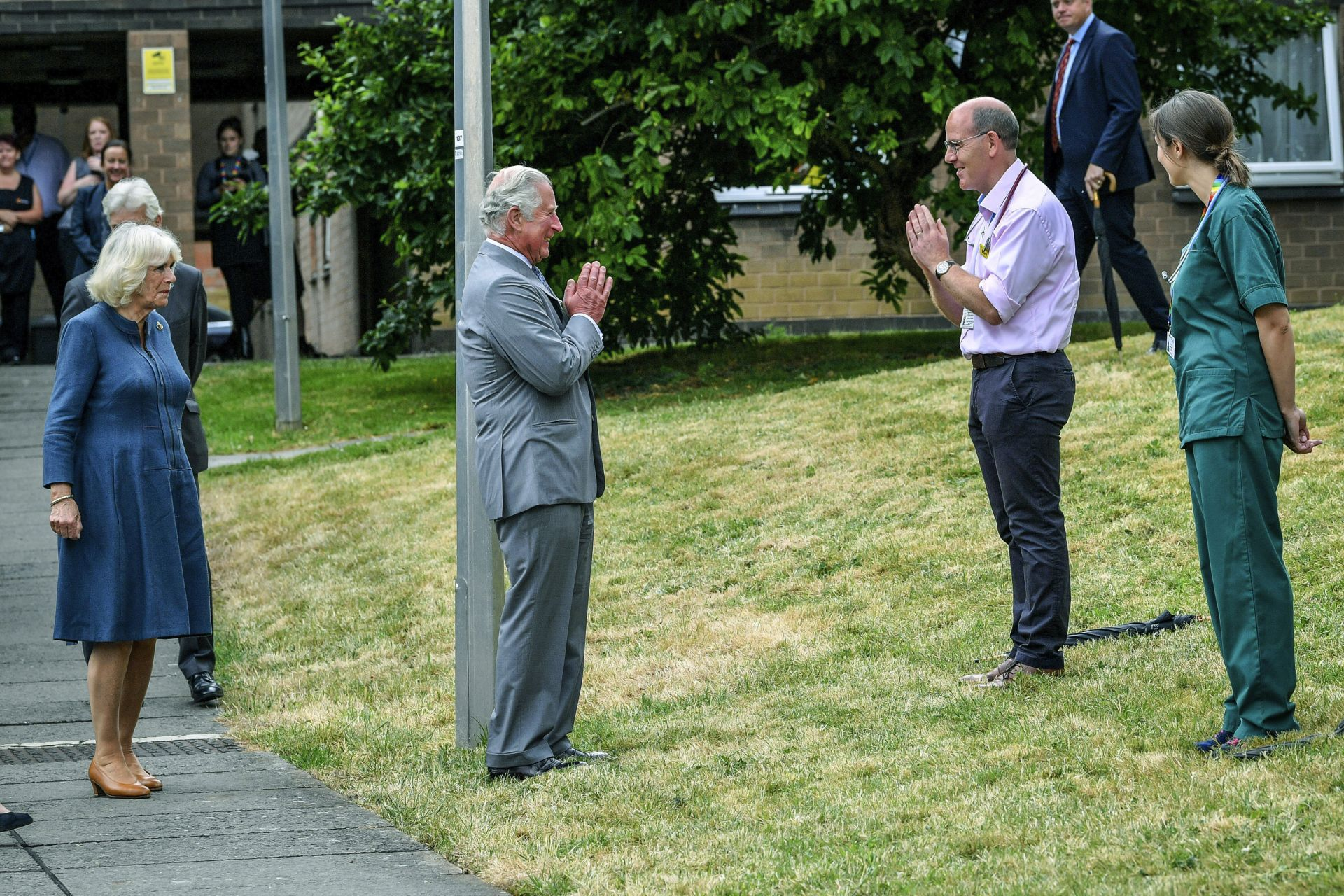 Принц Чарлз и съпругата му Камила посетиха Кралската болница в Глостършир