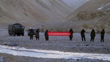 Бой с юмруци и камъни между индийски и китайски войници в Хималаите: десетки загинаха