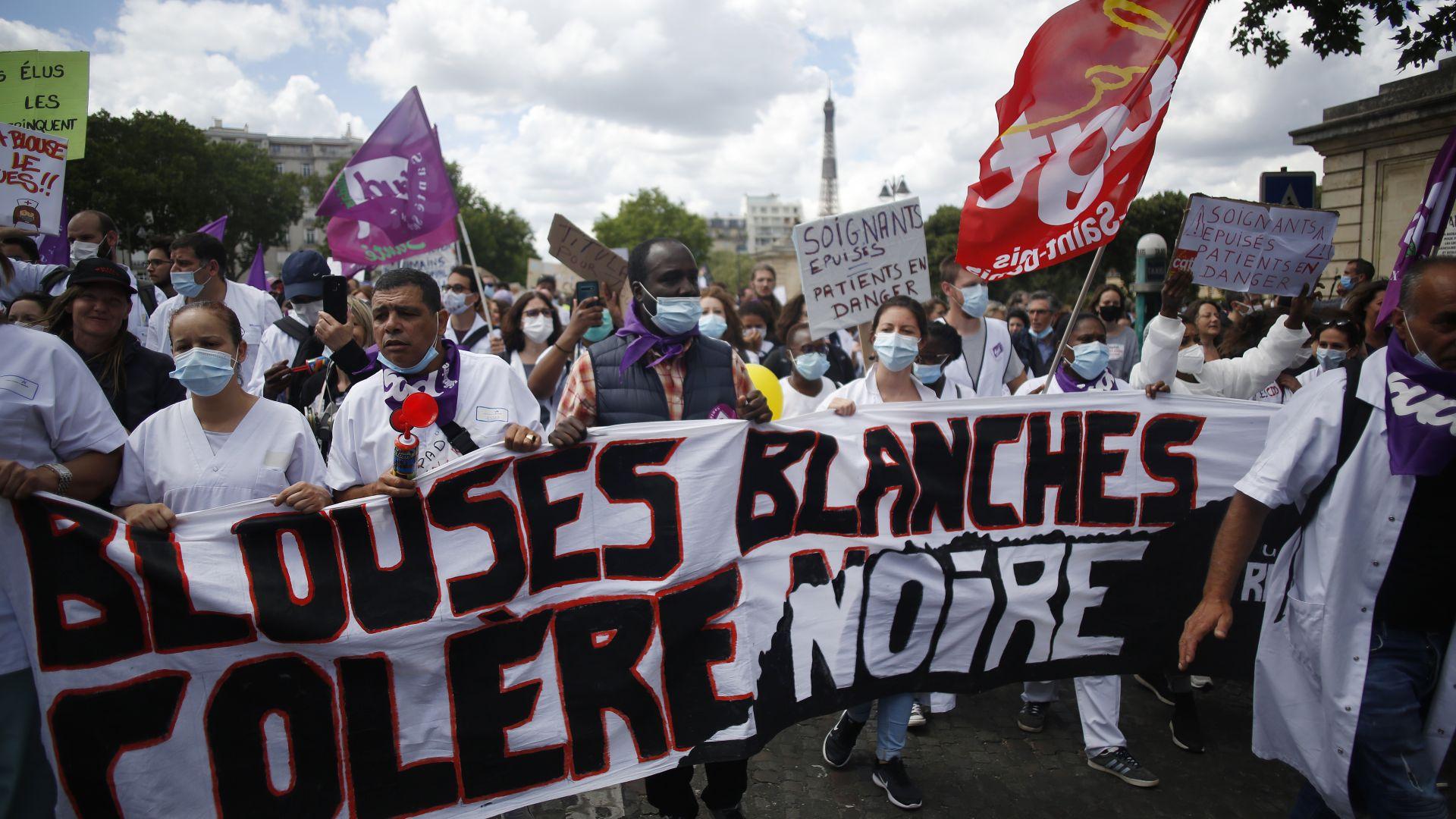 Сблъсъци с полицията във Франция на протест на здравните работници (снимки)