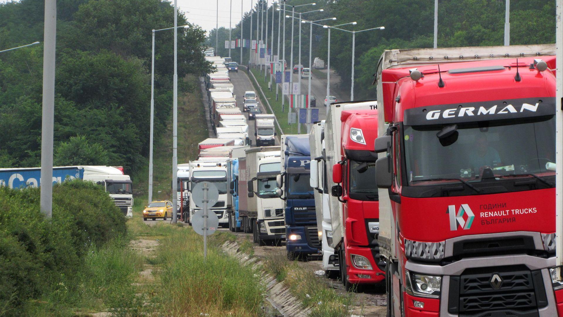 """Кошмарни колони от коли и камиони на """"Кулата"""" и """"Дунав мост"""" (снимки)"""