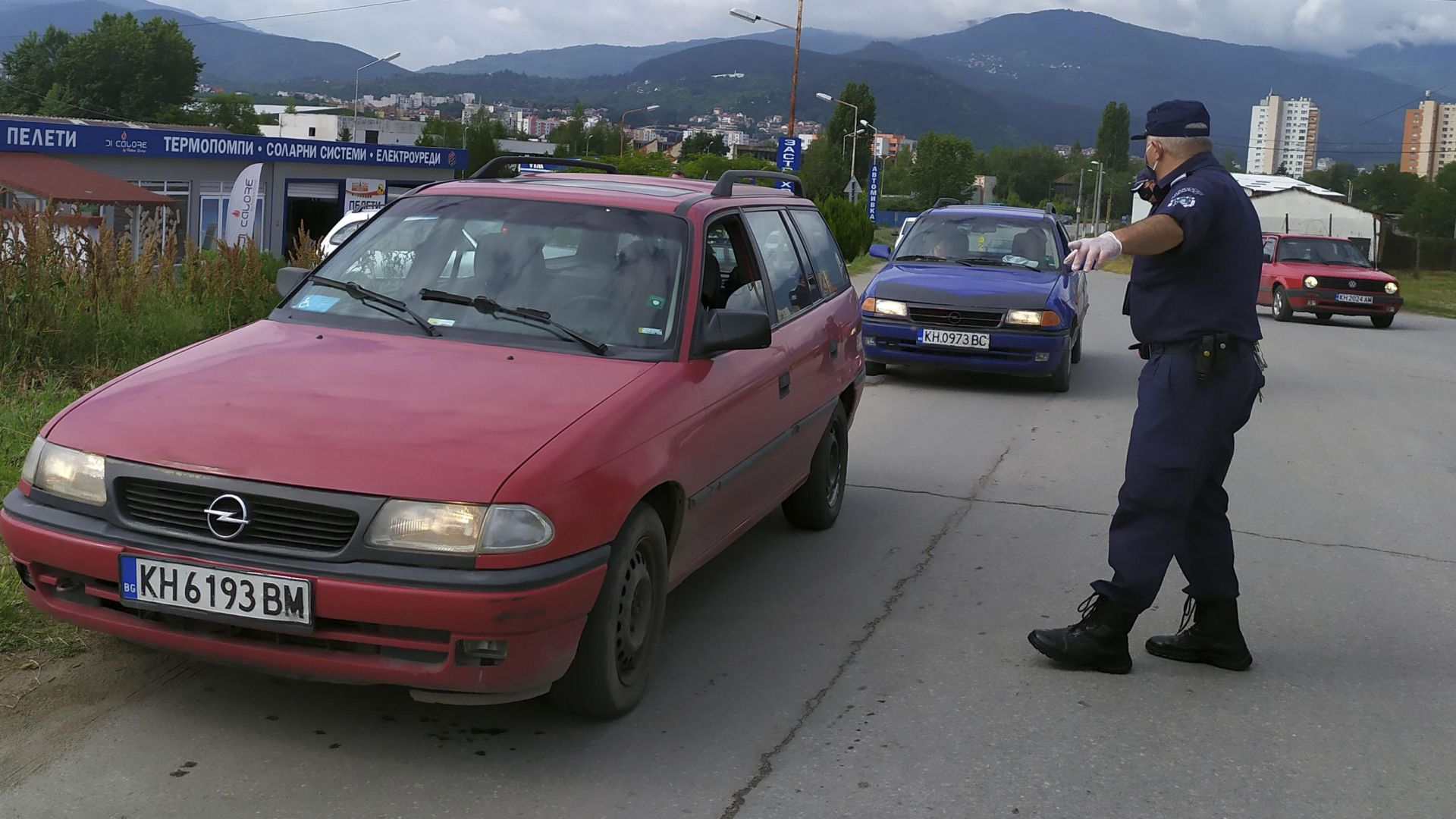 Затвориха ромския квартал в Кюстендил заради заразени с коронавирус (снимки)