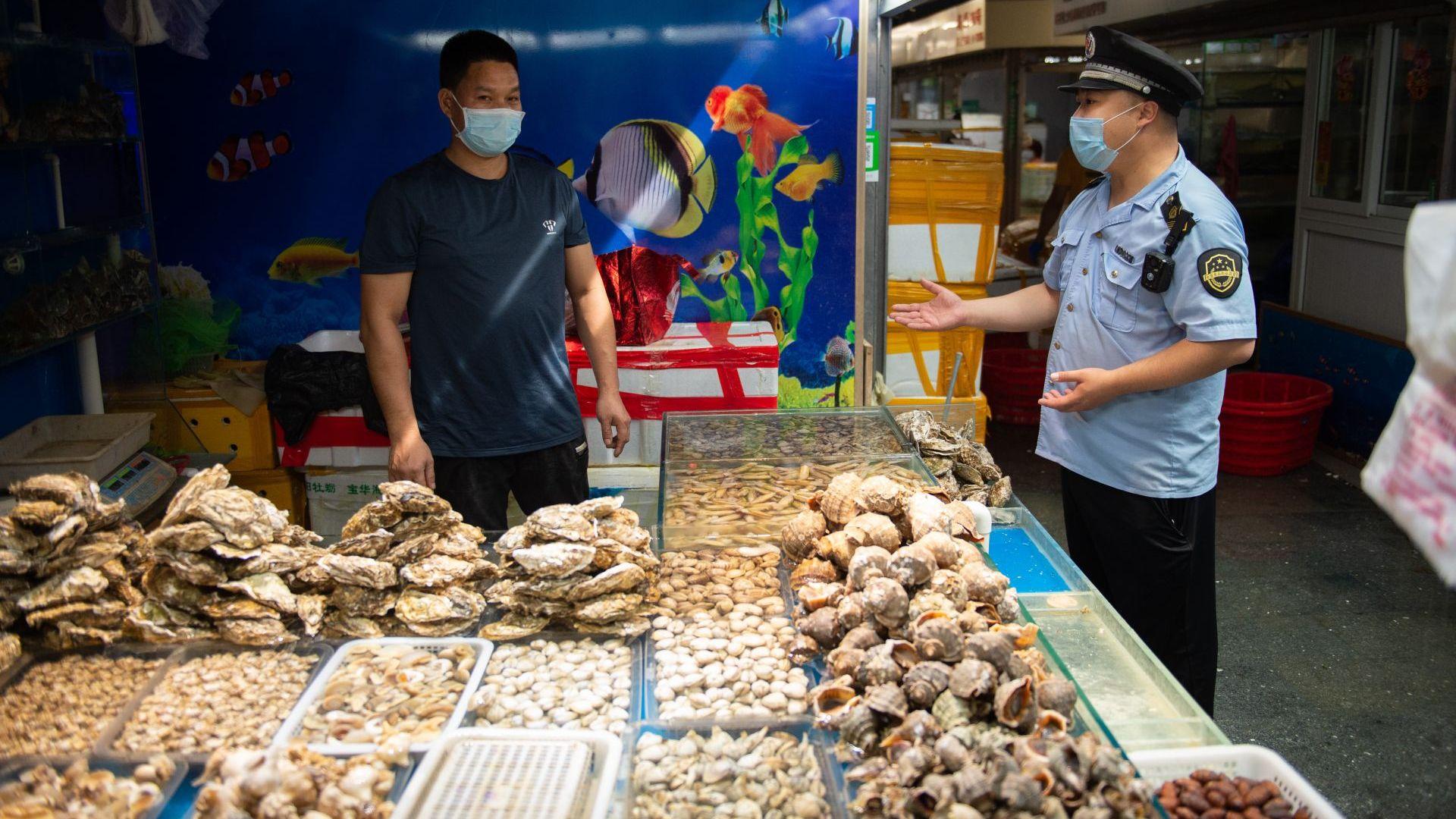 Норвежката сьомга не е източникът на коронавируса на пекинския пазар