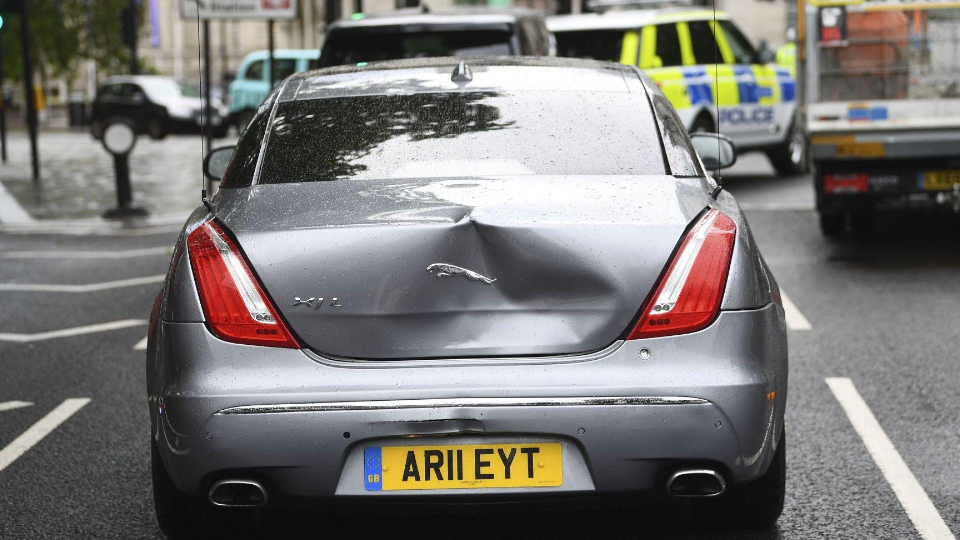 Борис Джонсън катастрофира, охранител удари колата му