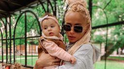Вълнуваща първа среща: Алекс Енева заведе дъщеричката си на море