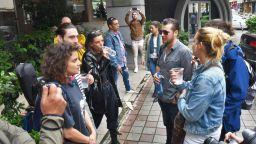 """Независими творци пиха """"по една студена вода"""" пред културното министерство в знак на протест"""