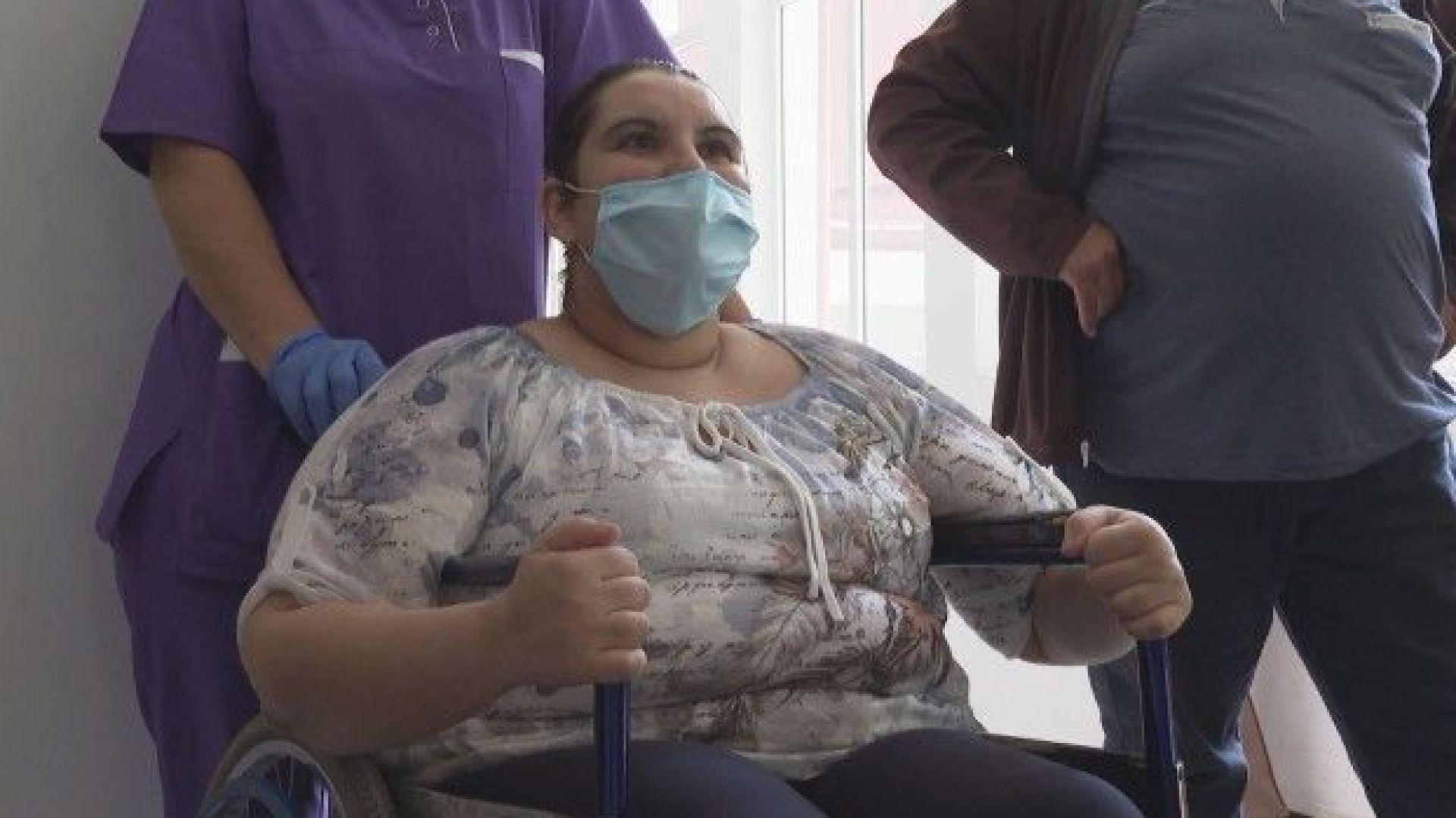 Победа над коронавируса: Изписаха от болницата жена след 41 дни интубация