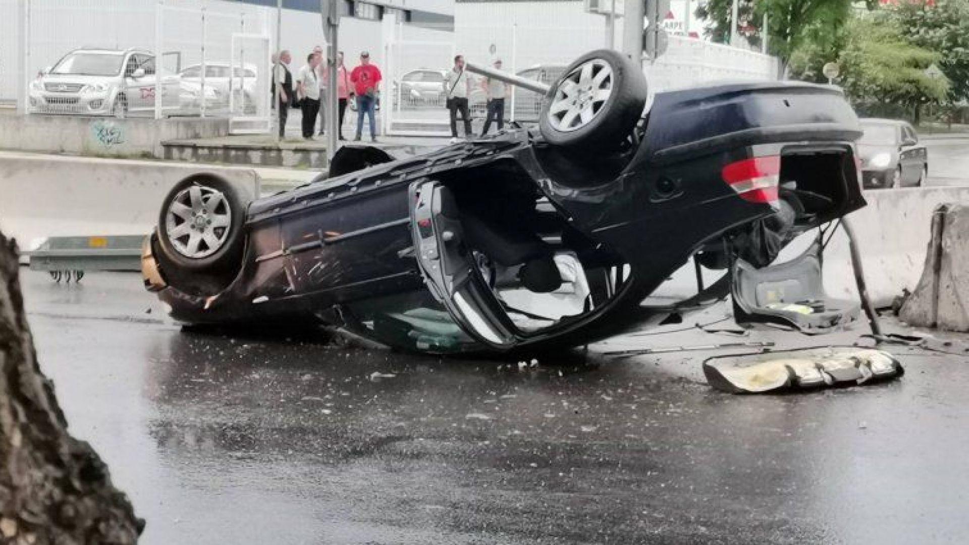 Кола се удари в заграждения и се обърна на оживен булевард в Пловдив