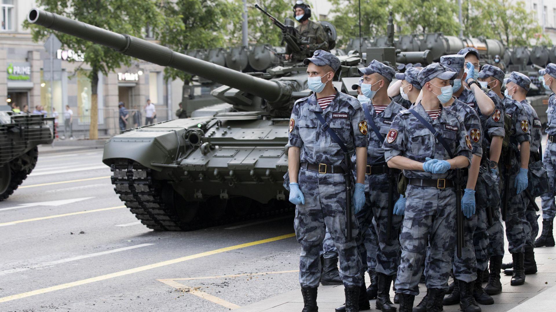 В Москва се проведе репетиция за отложения военен парад за Деня на победата (снимки)