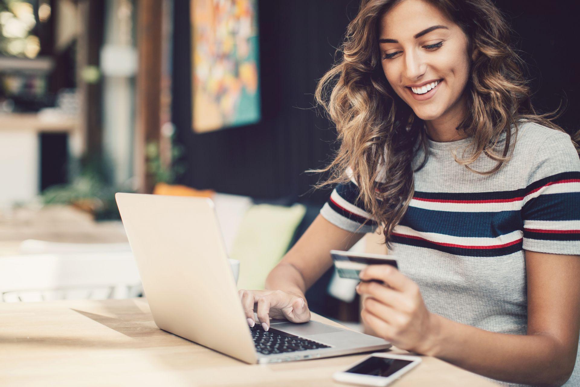 Комфортна дистанция и бърза процедура, която ви спестява време - онлайн пазаруването, разбира се