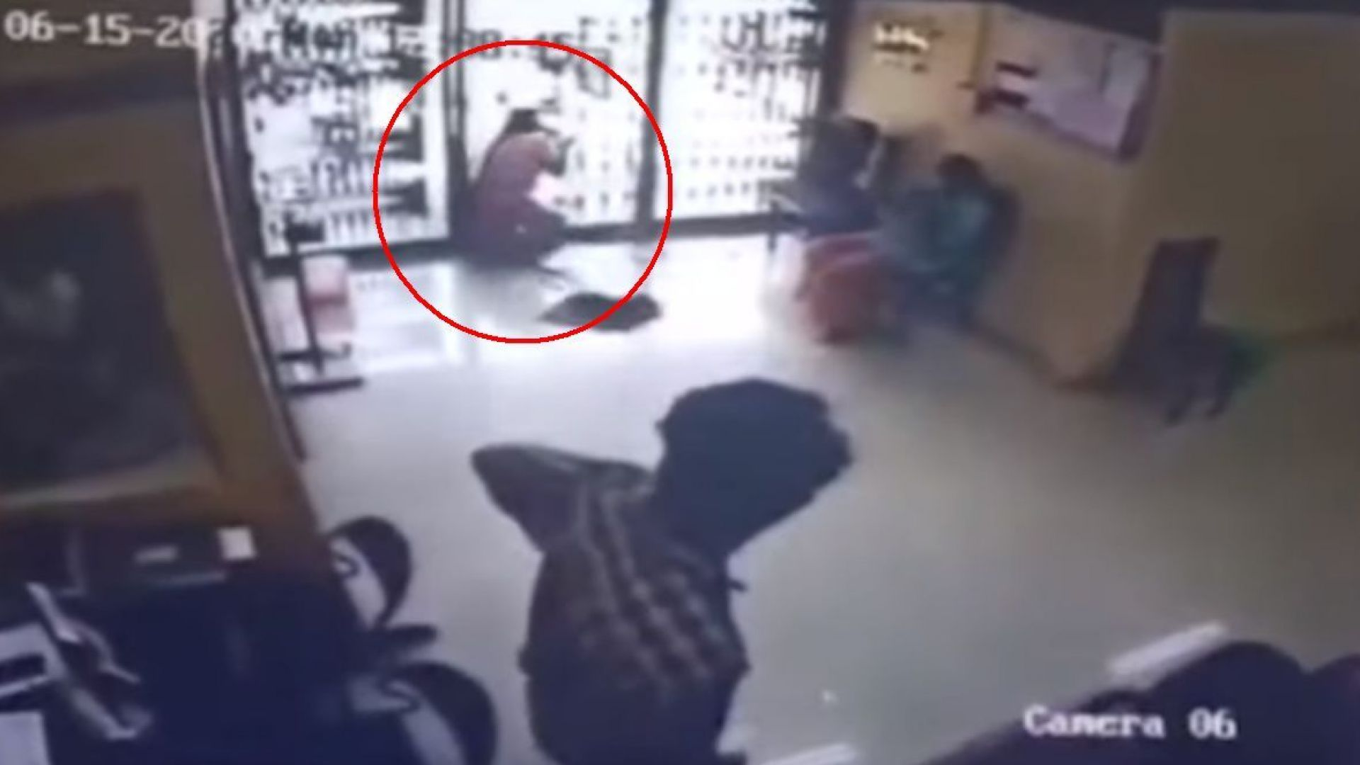Индийка се блъсна в стъклена врата и загина (видео)