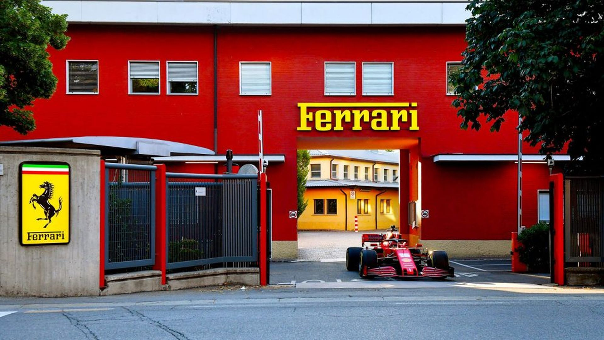 """Болидът на """"Ферари"""" ревна по улиците на тихото градче Маранело"""