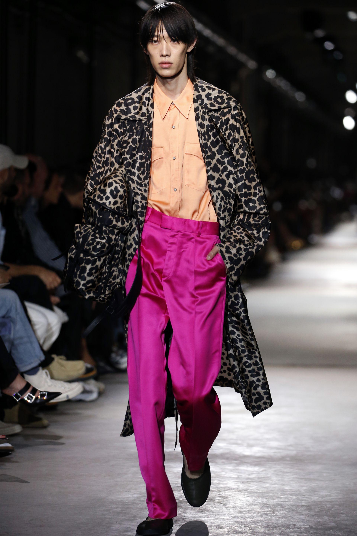Сатенените панталони са хит това лято, както и анималистичните краски