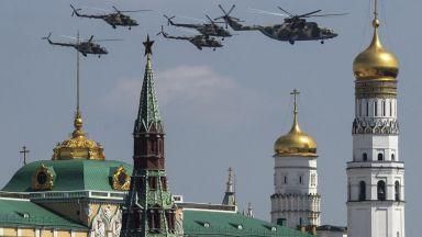 Парадът на победата в Москва прокарва връзка между две епохи (снимки)