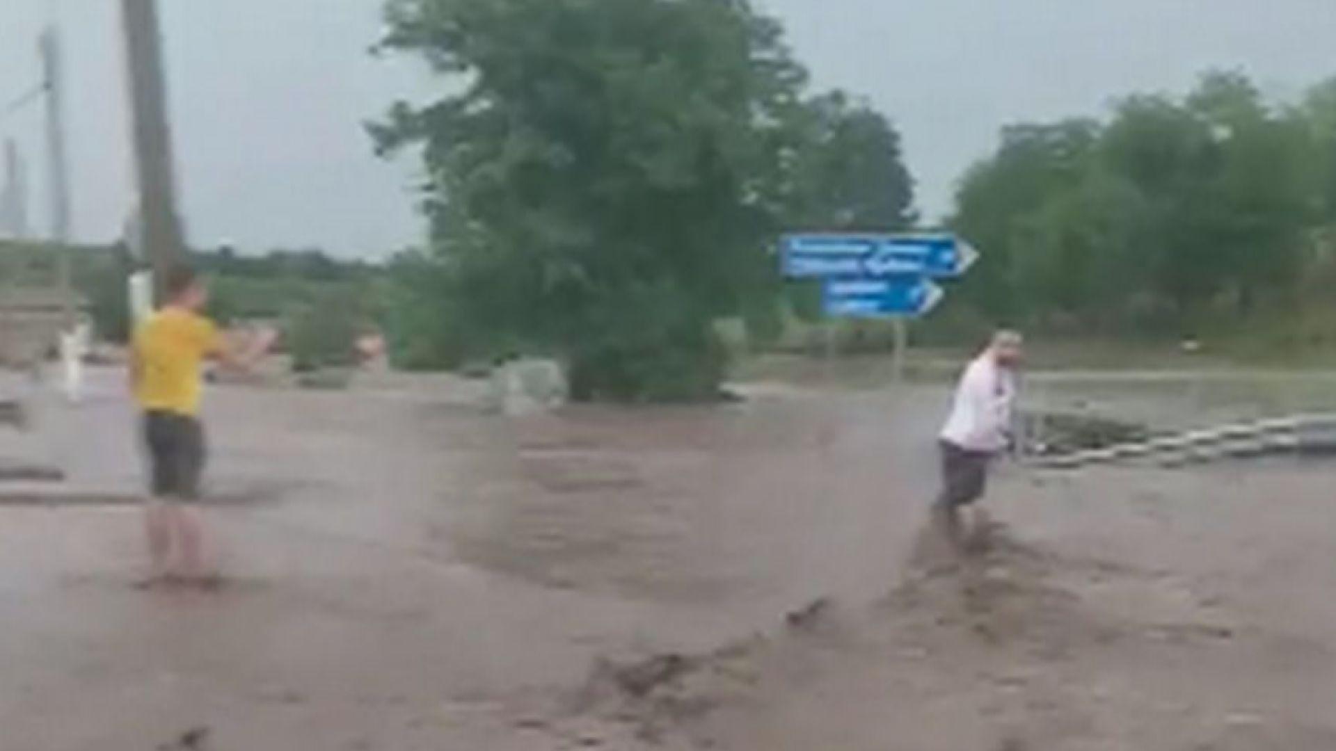 Три добрички села с вода до колене след пороите (видео)